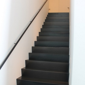 trap met gesloten stalen treden