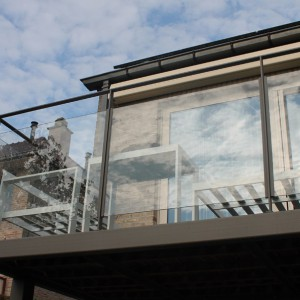 terrasafsluiting in gelakt staal en glas