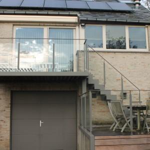 balustrade in gelakt staal met glas voor buiten