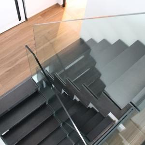 glazen trapleuning met ingeklemd glas