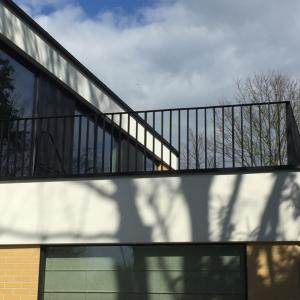 balustrade in gelakt aluminium met verticale staven