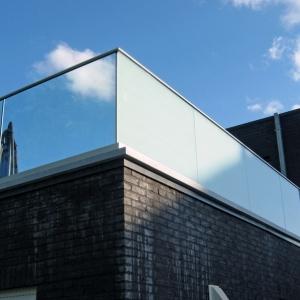 vrijstaande terrasafsluiting in mat en helder glas