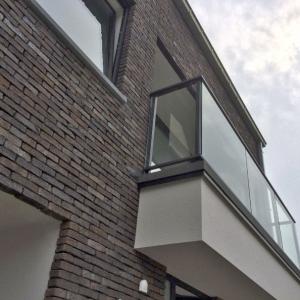 balustrade in gelakt aluminium met glas