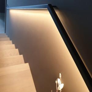 trapleuning tegen de muur in staal met led verlichting