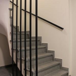 trapleuning in staal met verticale staven