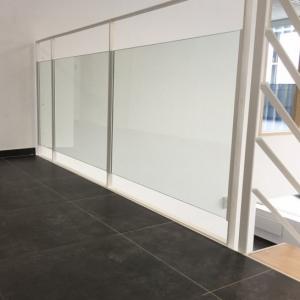 balustrade in gelakt staal en glas