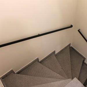 trapleuning tegen de muur in staal