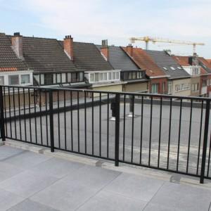 terrasafsluiting in gelakt aluminium met verticale staven