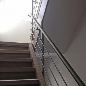 trapleuning in inox met horizontale staafjes