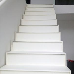 gelakte trap met gesloten treden