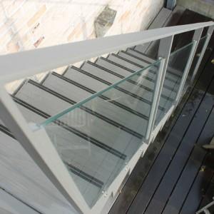 trapleuning in gelakt staal en glas