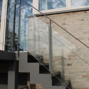 trapleuning in gelakt staal met glas voor buiten