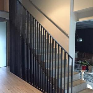 trapleuning met verticale staven in staal