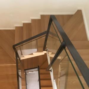trapleuning op de trap in staal en glas