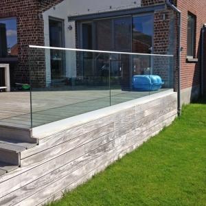 vrijstaande glazen buiten balustrade