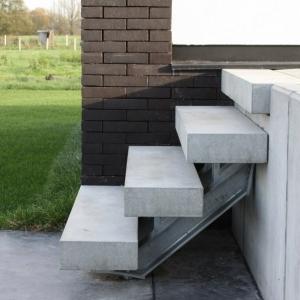 stalen buitentrap met treden in beton